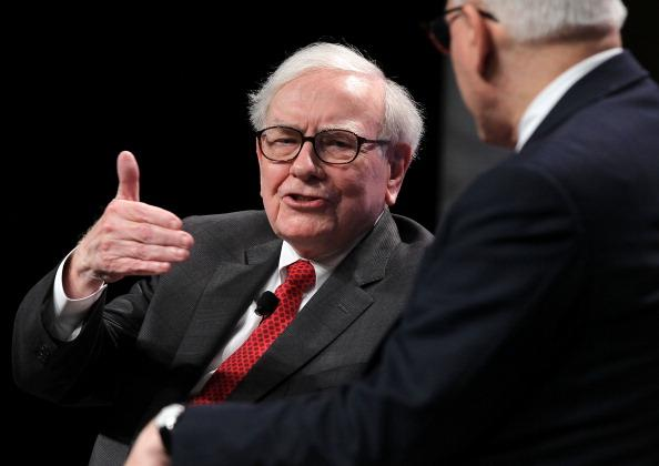 Warren Buffett (L), chairman and CEO of Berkshire Hathaway Inc. and David Rubenstein (R), president of the Economic Club of Washington, participate in a discussion during the 25th anniversary celebration dinner of the Economic Club of Washington June 5, 2012 in Washington, DC.  (Photo by Alex Wong/Getty Images)